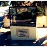 Een stukje gratis geschiedenis op straat. Dit blijkt de eerste generator op Karpathos te zijn geweest, deze zorgde voor stroom vanaf 1944