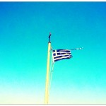 Zie ze wapperen, de (gehavende) Griekse vlag